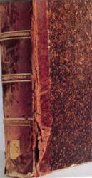 Libro dañado al sacarlo constantemente de la estantería sin mayor cuidado